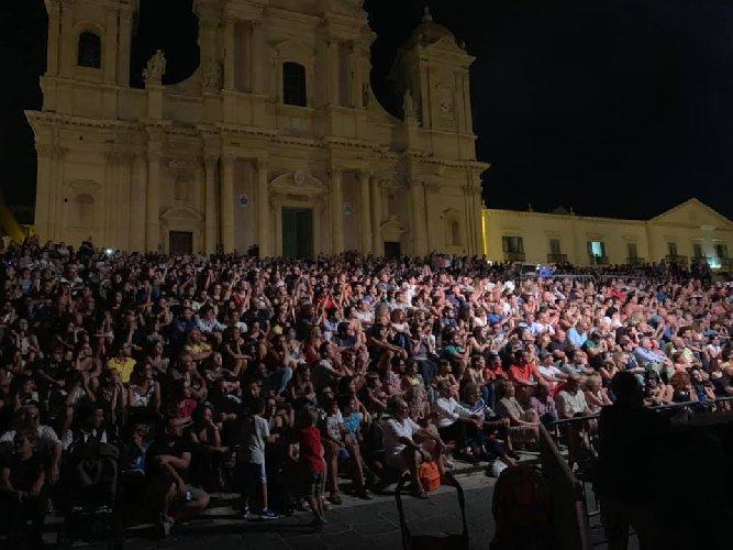 https://www.ragusanews.com//immagini_articoli/17-08-2019/1566072593-max-gazze-mia-mamma-e-di-catania-papa-e-di-scicli-video-1-500.jpg
