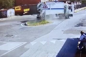 https://www.ragusanews.com//immagini_articoli/17-08-2020/ecco-il-camion-dei-rifiuti-finito-in-mare-a-lipari-240.jpg