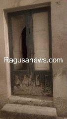 https://www.ragusanews.com//immagini_articoli/17-09-2019/1568757325-ragazzo-ubriaco-rompe-vetro-e-sporca-di-sangue-via-mormina-penna-1-240.jpg