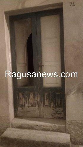 https://www.ragusanews.com//immagini_articoli/17-09-2019/1568757325-ragazzo-ubriaco-rompe-vetro-e-sporca-di-sangue-via-mormina-penna-1-500.jpg