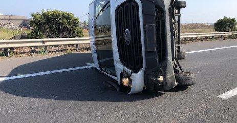 https://www.ragusanews.com//immagini_articoli/17-09-2019/cappotta-un-furgone-siracusa-catania-traffico-in-tilt-240.jpg