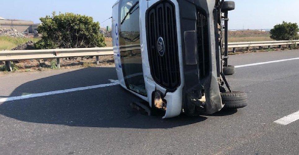 https://www.ragusanews.com//immagini_articoli/17-09-2019/cappotta-un-furgone-siracusa-catania-traffico-in-tilt-500.jpg