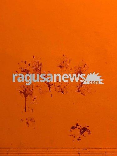 https://www.ragusanews.com//immagini_articoli/17-09-2019/ragazzo-ubriaco-rompe-vetro-e-sporca-di-sangue-via-mormina-penna-500.jpg