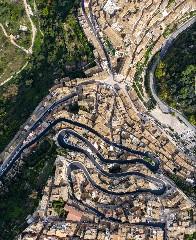 https://www.ragusanews.com//immagini_articoli/17-09-2020/1600327918-a-modica-il-libro-val-di-noto-perla-di-sicilia-4-240.jpg