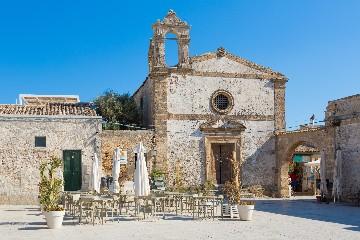 https://www.ragusanews.com//immagini_articoli/17-09-2020/1600327918-a-modica-il-libro-val-di-noto-perla-di-sicilia-7-240.jpg