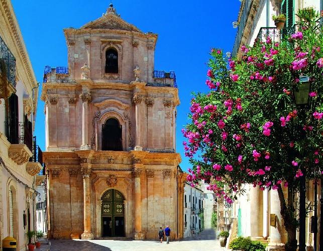 https://www.ragusanews.com//immagini_articoli/17-09-2020/1600327919-a-modica-il-libro-val-di-noto-perla-di-sicilia-8-500.jpg