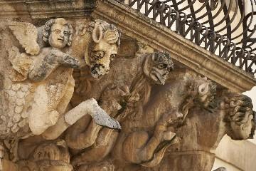 https://www.ragusanews.com//immagini_articoli/17-09-2020/1600327919-a-modica-il-libro-val-di-noto-perla-di-sicilia-9-240.jpg