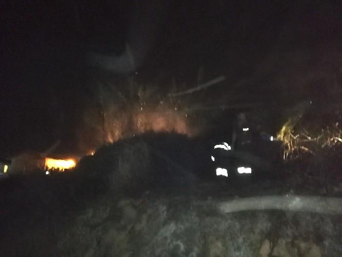 https://www.ragusanews.com//immagini_articoli/17-09-2020/incendio-al-villaggio-azzuro-a-casuzze-500.jpg