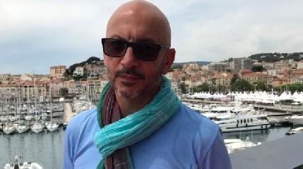 https://www.ragusanews.com//immagini_articoli/17-09-2020/regista-siciliano-assassinato-a-los-angeles-collaboro-con-la-piovra-6-240.jpg