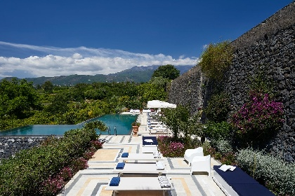 https://www.ragusanews.com//immagini_articoli/17-09-2021/1631896371-piscine-terra-cielo-un-tuffo-tra-verde-e-blu-della-sicilia-foto-6-280.jpg