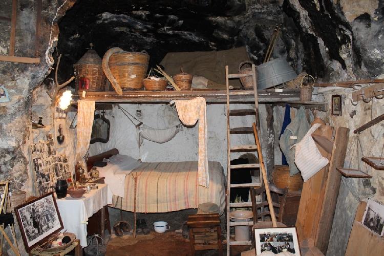 http://www.ragusanews.com//immagini_articoli/17-10-2014/il-presepe-nella-grotta-di-don-carmelo-500.jpg