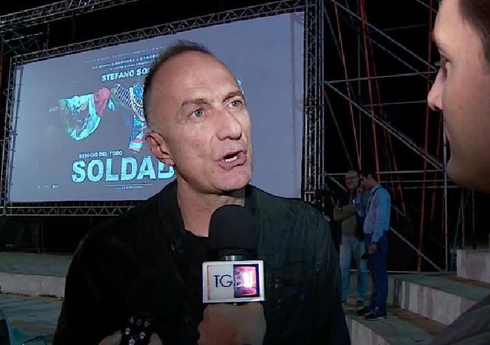 https://www.ragusanews.com//immagini_articoli/17-10-2018/sollima-presenta-anteprima-nazionale-soldado-pozzallo-video-500.png