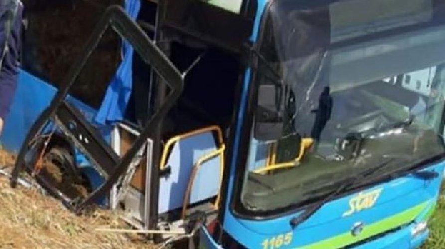 https://www.ragusanews.com//immagini_articoli/17-10-2019/bus-con-trenta-bambini-esce-fuori-strada-e-si-ribalta-decine-di-ambulanze-500.jpg