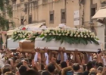 https://www.ragusanews.com//immagini_articoli/17-10-2019/quattro-bare-celebrati-i-funerali-vittime-tragedia-stradale-240.jpg