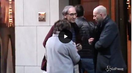 https://www.ragusanews.com//immagini_articoli/17-11-2018/battiato-video-passeggiata-milano-settembre-cappotto-240.png