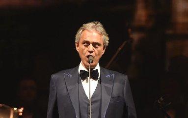 https://www.ragusanews.com//immagini_articoli/17-11-2018/bocelli-concerto-taormina-240.jpg