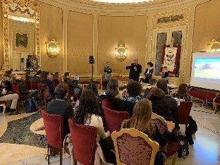 https://www.ragusanews.com//immagini_articoli/17-11-2018/noto-lezione-speciale-studenti-bocconi-240.jpg
