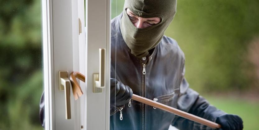 http://www.ragusanews.com//immagini_articoli/17-12-2016/furti-in-abitazioni-private-come-difendersi-parla-l-esperto-video-420.jpg