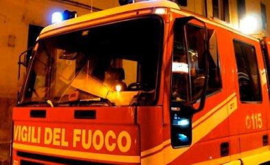 https://www.ragusanews.com//immagini_articoli/17-12-2018/fuoco-villetta-contrada-zagarone-scicli-240.jpg