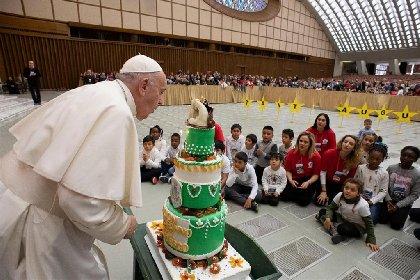 https://www.ragusanews.com//immagini_articoli/17-12-2020/auguri-papa-francesco-compie-84-anni-ma-per-lui-e-un-giorno-qualunque-280.jpg