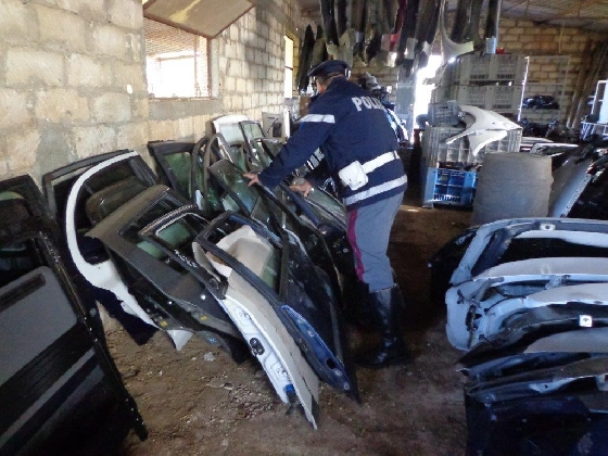 http://www.ragusanews.com//immagini_articoli/18-01-2017/ricambi-auto-rubati-sequestrato-deposito-marina-modica-420.jpg