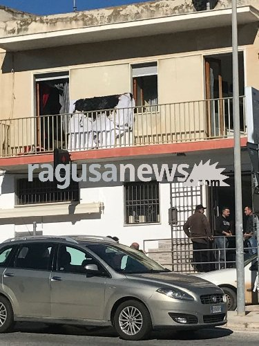https://www.ragusanews.com//immagini_articoli/18-01-2018/incendio-casa-sampieri-500.jpg