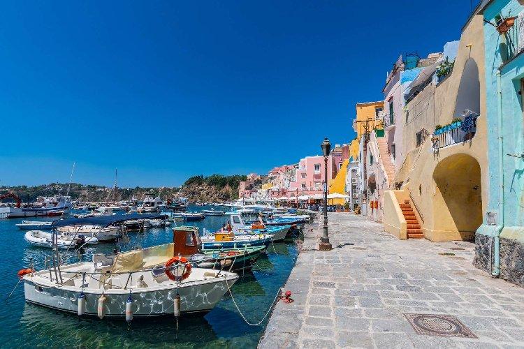 https://www.ragusanews.com//immagini_articoli/18-01-2021/1610964551-procida-batte-trapani-l-isola-napoletana-capitale-della-cultura-2022-foto-4-500.jpg