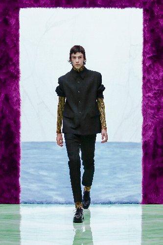 https://www.ragusanews.com//immagini_articoli/18-01-2021/1611005627-milan-fashion-week-le-collezioni-uomo-per-l-autunno-inverno-2021-22-2-500.jpg