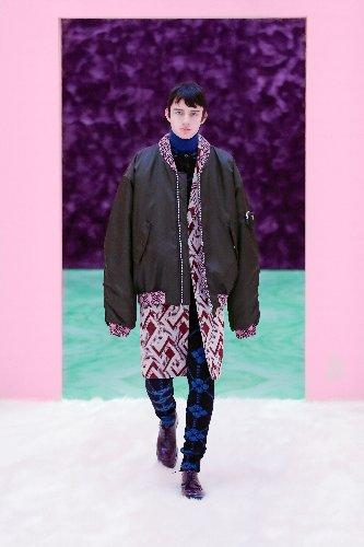 https://www.ragusanews.com//immagini_articoli/18-01-2021/1611005628-milan-fashion-week-le-collezioni-uomo-per-l-autunno-inverno-2021-22-4-500.jpg