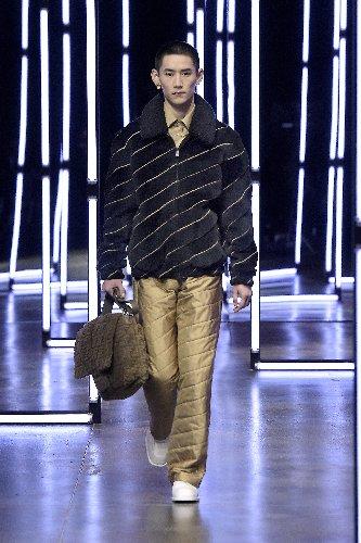https://www.ragusanews.com//immagini_articoli/18-01-2021/1611005629-milan-fashion-week-le-collezioni-uomo-per-l-autunno-inverno-2021-22-5-500.jpg