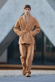 https://www.ragusanews.com//immagini_articoli/18-01-2021/1611005631-milan-fashion-week-le-collezioni-uomo-per-l-autunno-inverno-2021-22-8-280.jpg
