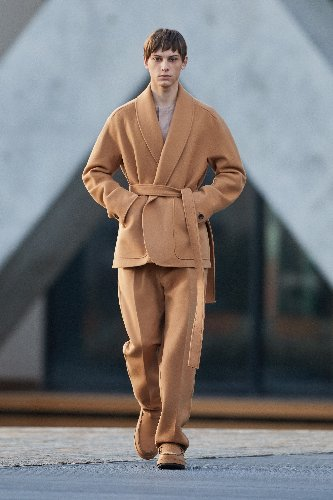https://www.ragusanews.com//immagini_articoli/18-01-2021/1611005631-milan-fashion-week-le-collezioni-uomo-per-l-autunno-inverno-2021-22-8-500.jpg