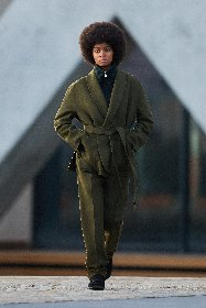 https://www.ragusanews.com//immagini_articoli/18-01-2021/1611005631-milan-fashion-week-le-collezioni-uomo-per-l-autunno-inverno-2021-22-9-280.jpg