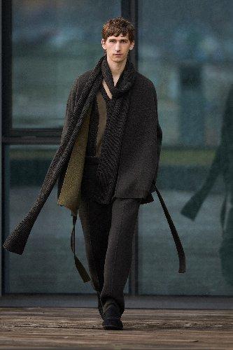 https://www.ragusanews.com//immagini_articoli/18-01-2021/1611005632-milan-fashion-week-le-collezioni-uomo-per-l-autunno-inverno-2021-22-10-500.jpg