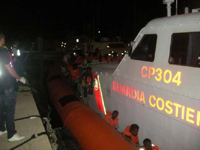 http://www.ragusanews.com//immagini_articoli/18-02-2014/sbarco-di-migranti-ieri-sera-a-pozzallo-500.jpg