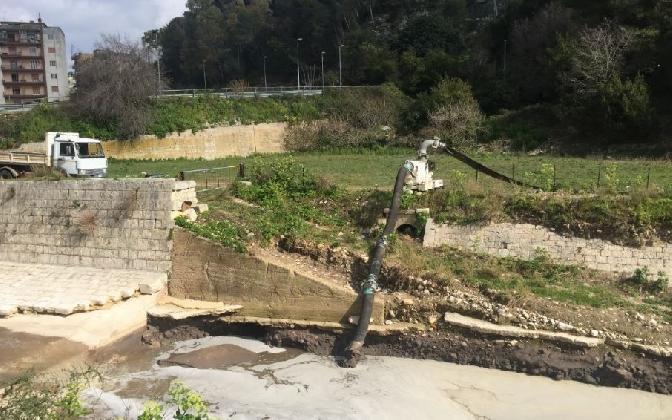 http://www.ragusanews.com//immagini_articoli/18-02-2017/aria-insalubre-fumi-malsani-cosi-fiumara-dopo-alluvione-420.jpg