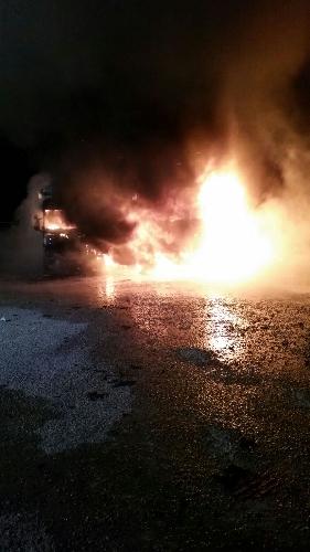 http://www.ragusanews.com//immagini_articoli/18-02-2017/incendiati-camion-vittoria-ferito-autista-pugliese-500.jpg