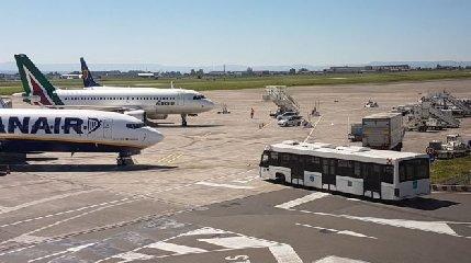 https://www.ragusanews.com//immagini_articoli/18-02-2019/etna-sbuffa-catania-aerei-240.jpg