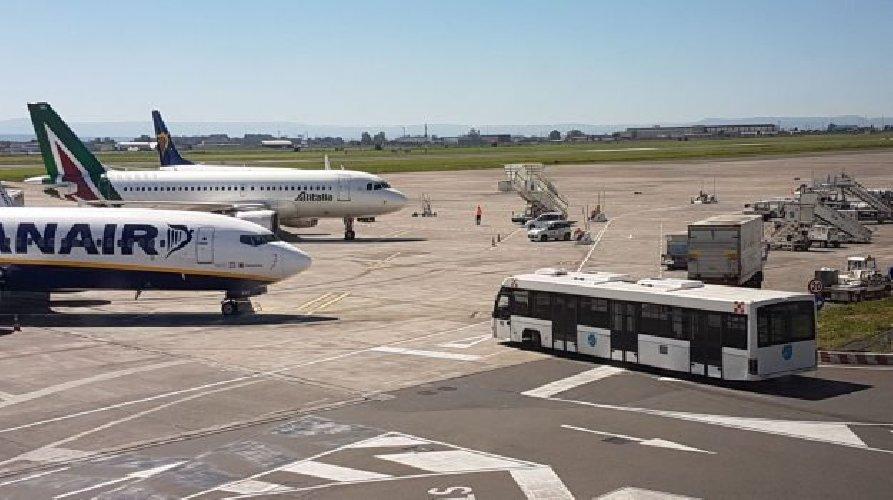 https://www.ragusanews.com//immagini_articoli/18-02-2019/etna-sbuffa-catania-aerei-500.jpg