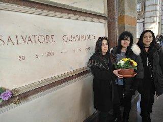https://www.ragusanews.com//immagini_articoli/18-02-2019/omaggio-tomba-quasimodo-cimitero-milano-240.jpg