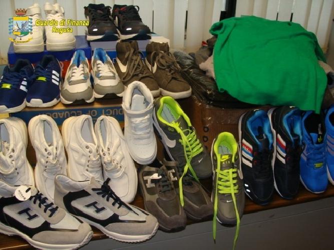 http://www.ragusanews.com//immagini_articoli/18-03-2015/abiti-e-scarpe-taroccate-scoperte-dalla-finanza-500.jpg