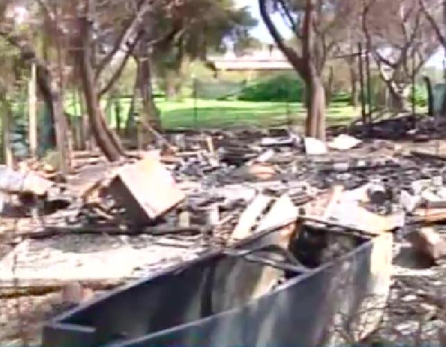 http://www.ragusanews.com//immagini_articoli/18-03-2015/incendiato-il-camping-al-primo-scivolo-500.png