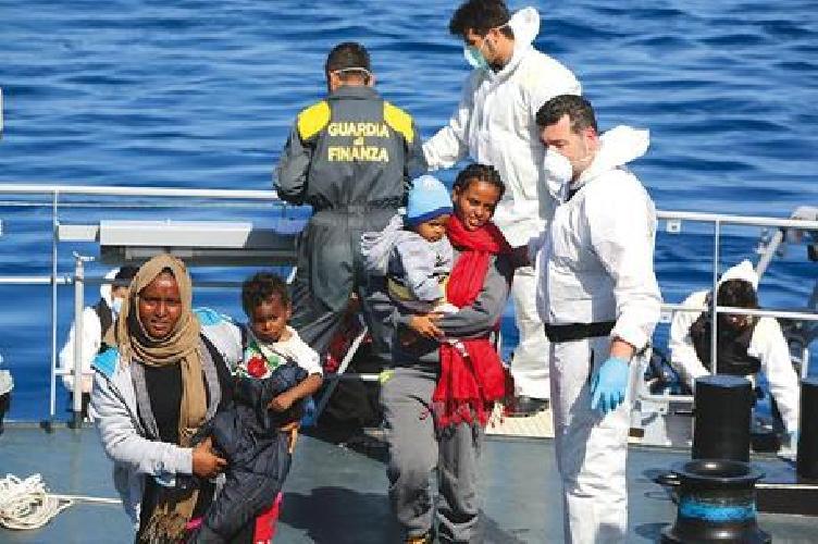 http://www.ragusanews.com//immagini_articoli/18-03-2017/migranti-fermata-barca-scafisti-500.jpg
