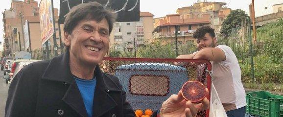 https://www.ragusanews.com//immagini_articoli/18-03-2018/gianni-morandi-chiede-selfie-venditore-arance-spettacolo-240.jpg