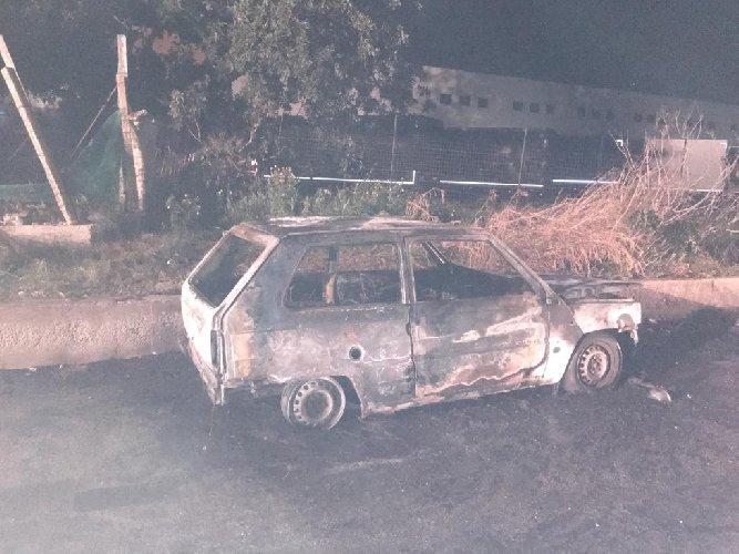 https://www.ragusanews.com//immagini_articoli/18-03-2019/panda-incendiata-maganuco-comune-fuoco-telecamere-500.jpg