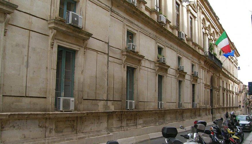 https://www.ragusanews.com//immagini_articoli/18-03-2019/ragusa-vende-palazzo-prefettura-500.jpg