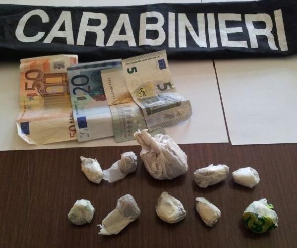 http://www.ragusanews.com//immagini_articoli/18-04-2014/con-la-marijuana-nelle-tasche-arrestato-gestore-bar-500.jpg
