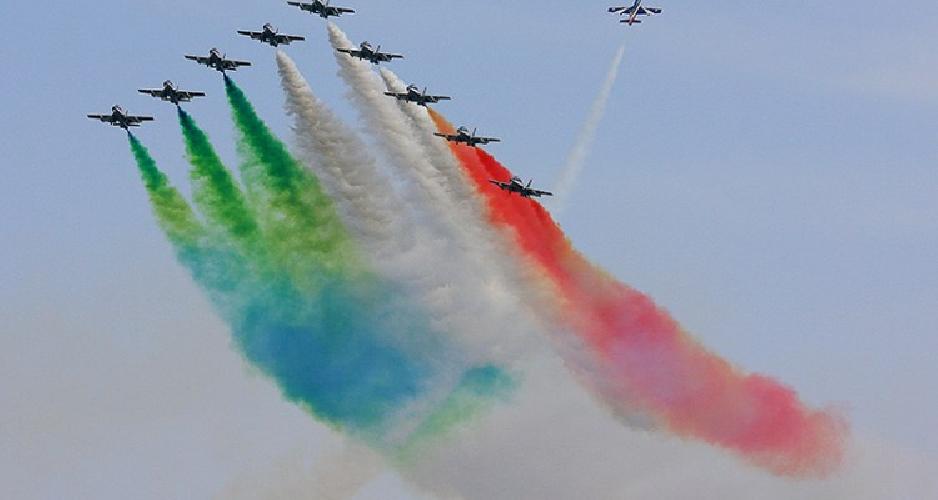 http://www.ragusanews.com//immagini_articoli/18-04-2016/le-frecce-tricolori-a-donnalucata-500.jpg