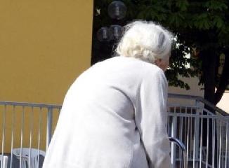 http://www.ragusanews.com//immagini_articoli/18-04-2017/anziana-ruba-borsa-altra-anziana-pente-video-240.jpg