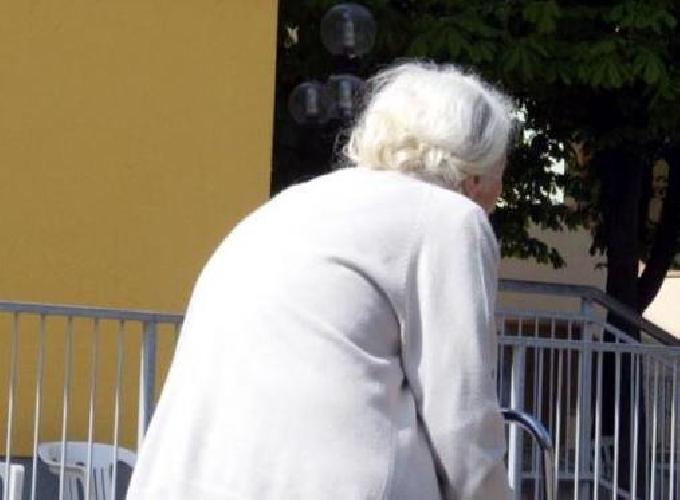 https://www.ragusanews.com//immagini_articoli/18-04-2017/anziana-ruba-borsa-altra-anziana-pente-video-500.jpg